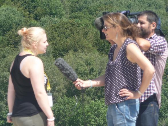Camille donne une interview pour France 2
